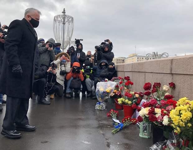 Послы иностранных государств возложили цветы к месту убийства Немцова