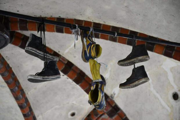 Популярные теории, объясняющие странный обычай подвешивать обувь на проводах