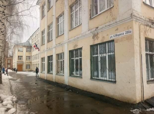 В Ижевске обследуют школу №27, где с фасада начала падать штукатурка
