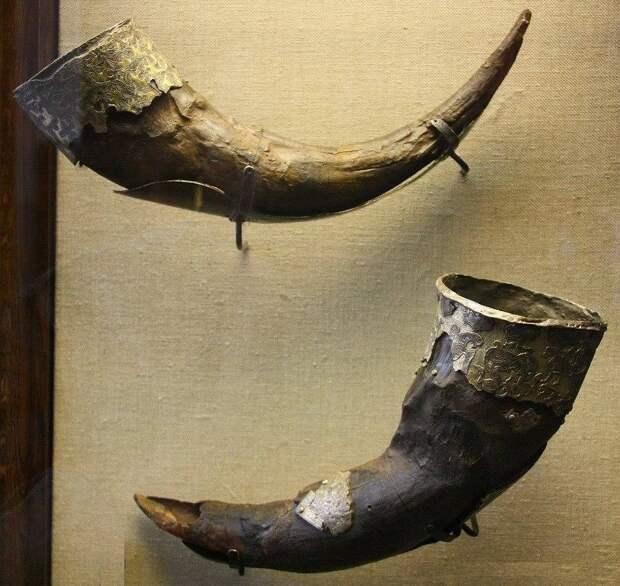 Сосуды из рогов тура в серебряной чеканной оправе. Курган Чёрная могила. Чернигов. X век.