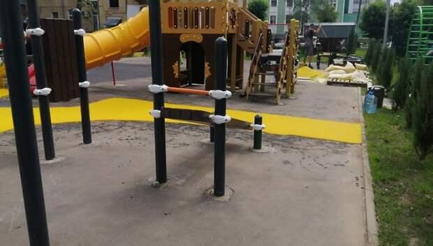 В микрорайоне Климовск начали обустраивать основание детской площадки