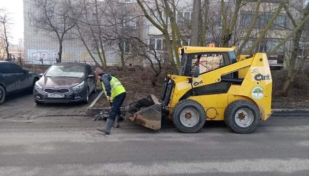 Коммунальщики начали убирать мусор с территории Подольска после выходных