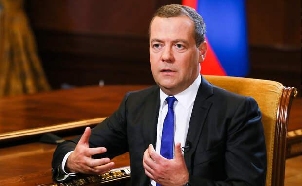 Медведев объяснил остановку российских танков перед Тбилиси в 2008 году