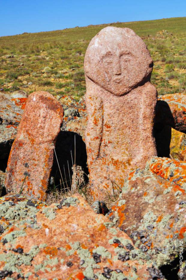 В мавзолее (могильнике) в Мерке рядом с мужскими изображениями находятся женские скульптуры. По некоторым сведениям...