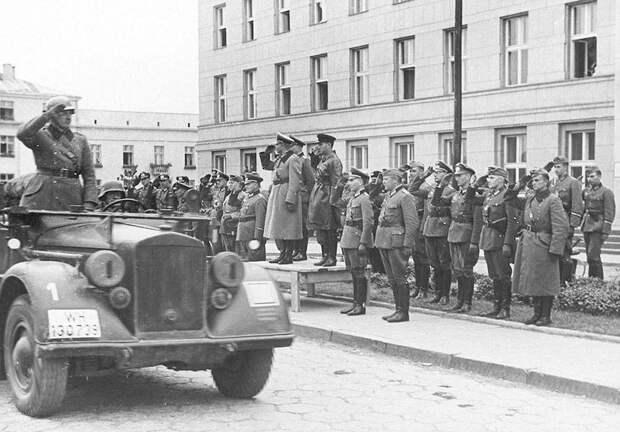 Немецкие войска покидают Брест. Все строго по протоколу – На трибуне Гудериан приветствует свои войска и Кривошеин, который дипломатично их провожает.