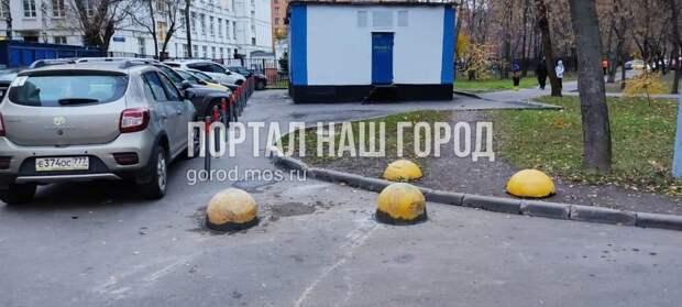 На улице Яна Райниса антипарковочным «грибкам» приделали ножки