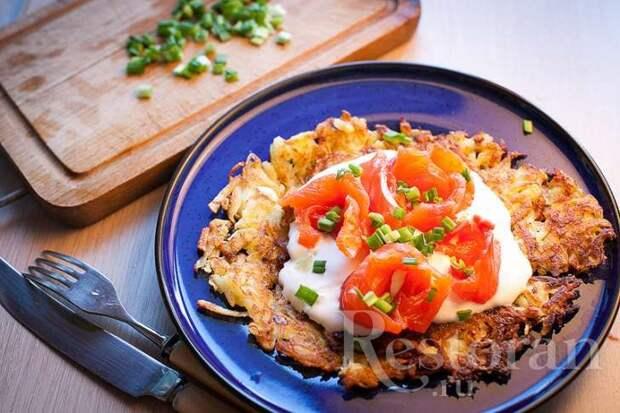 Скандинавские картофельные оладьи с рыбой и сметаной