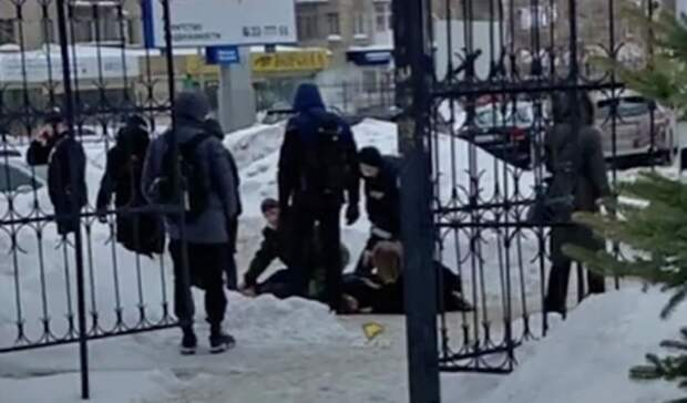 В Новосибирске студент посреди дня убил одногруппника ножом из-за бывшей девушки