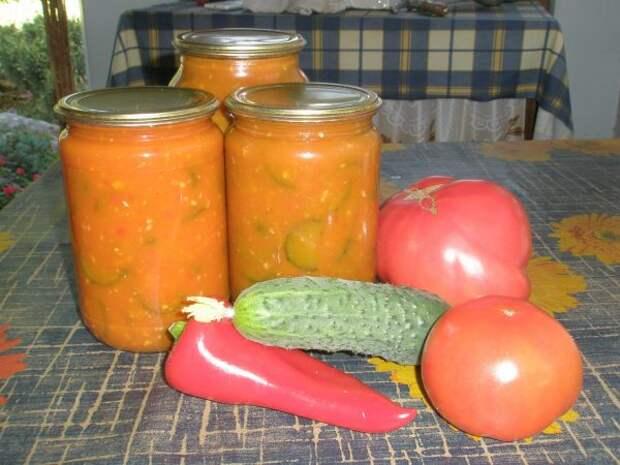 Банки с огурцами в томатном соусе