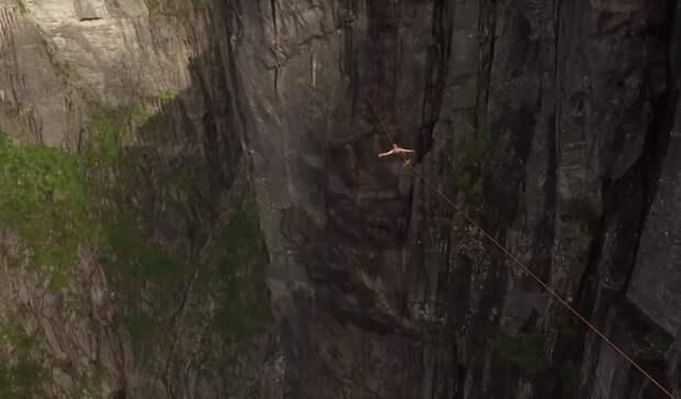 Без страховки над пропастью: норвежец прошелся по канату на высоте 1 километра