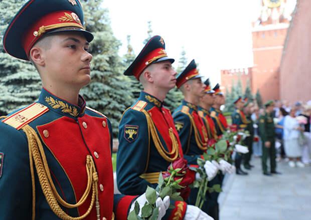 Заместитель Министра обороны России Андрей Картаполов возложил цветы к местам захоронения военачальников в Кремлевской стене