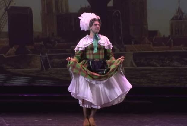 Николай Цискаридзе в женском платье исполняет «Танец в сабо».