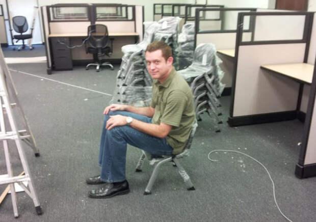 парень на стуле