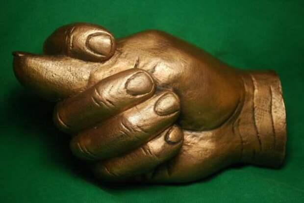 «V – не значит Виктория»: 7 безобидных жестов, которые имеют разный смысл