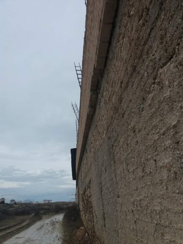 Разваливающаяся подпорная стена угрожает жизни севастопольцев