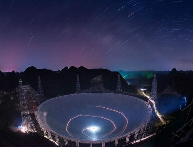Огромный телескоп среди скал./Фото: popmech.ru