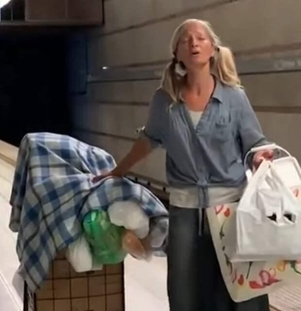 Колбасная эмиграция - история успеха. Послушайте, как поет бездомная в метро Лос-Анджелеса (она уехала из России в США 24 года назад)