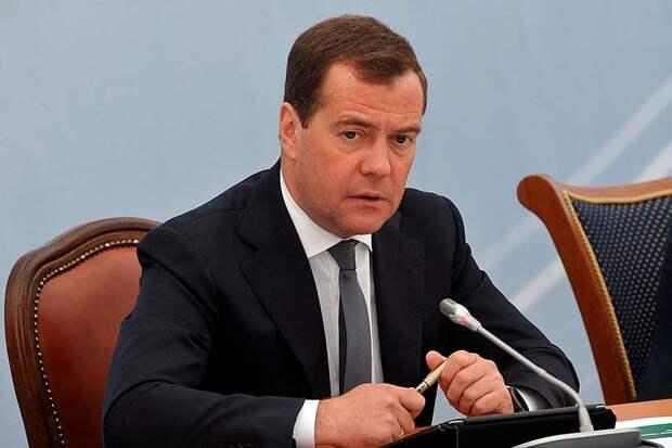 Медведев встречается с оппозиционерами под присмотром единороссов Макарова и Николаева
