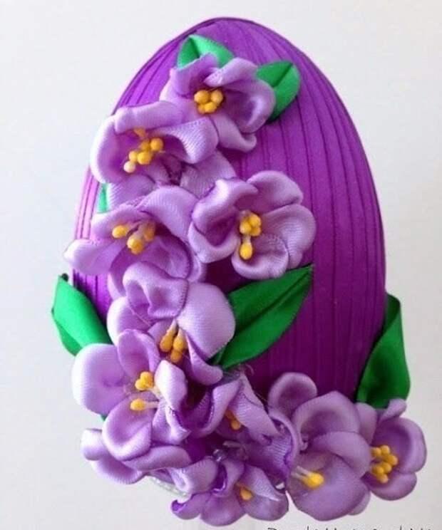 Декоративное пасхальное яйцо с цветами из лент