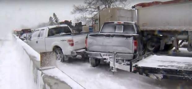 Более 70 автомобилей столкнулось на трассе в Канаде