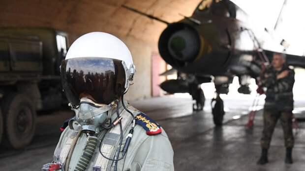 Пилот сирийских военно-воздушных сил на аэродроме Шайрат (сирийские ВВС возобновили вылеты с аэродрома спустя сутки после ракетного удара США)