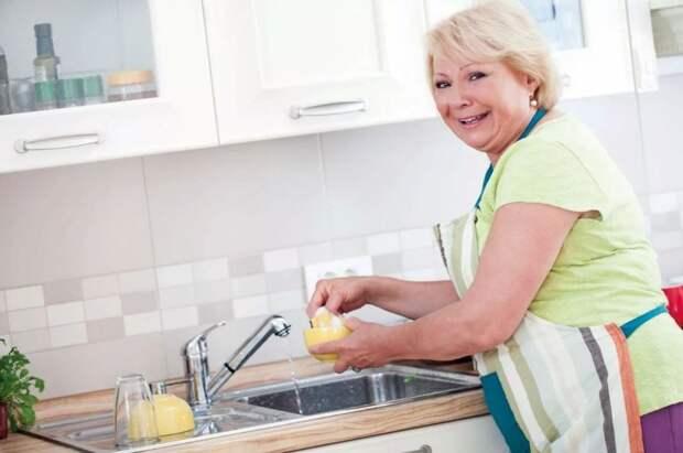 Мама приходит сидеть с внучкой: ребенок предоставлен сам себе, а она весь день намывает квартиру