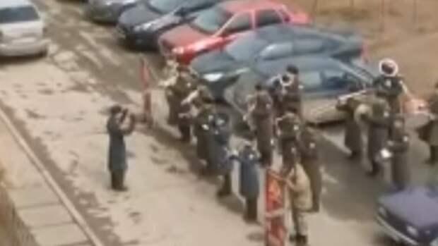 """В Тольятти военные сыграли для детей """"Песенку крокодила Гены"""""""