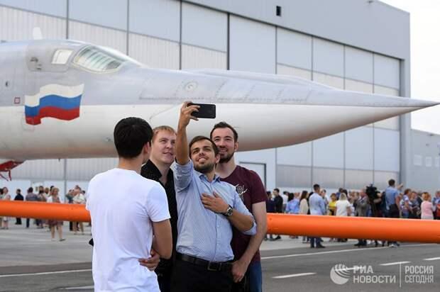 Сотрудники завода делают селфи на фоне самолета во время выкатки для наземных и летных испытаний модернизированного бомбардировщика Ту-22М3М на Казанском авиационном заводе имени С.П. Горбунова