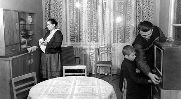 Семейный уют 50-ых на разных полюсах холодной войны.