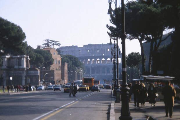 """В """"вечном городе"""" Риме шаг перемен тоже весьма неспешный. 1992, СССР, дорожное движение, капиталистические страны, прошлый век, соц. страны, страны третьего мира, улицы"""