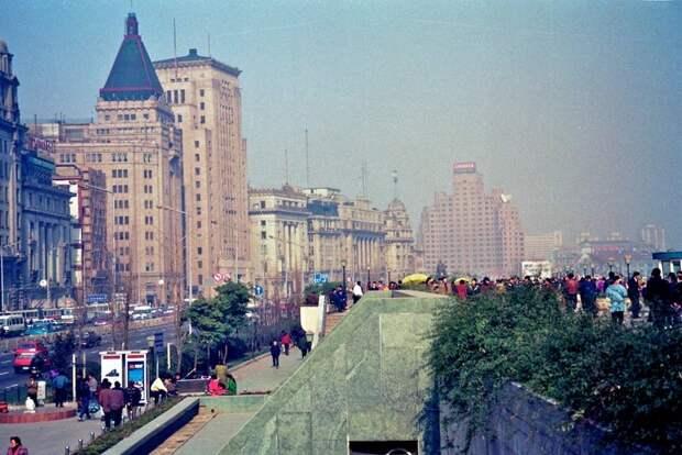 """У городских властей уже тогда хватило ума создать комфортную среду для пешеходов в наиболее привлекательном месте """"экономической столицы"""" КНР: 1992, СССР, дорожное движение, капиталистические страны, прошлый век, соц. страны, страны третьего мира, улицы"""