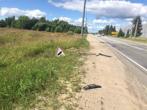 Пьяный водитель, увидев госавтоинспекторов под Тверью, снёс знак и вылетел в кювет