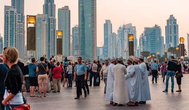 Люди на улицах города Дубай