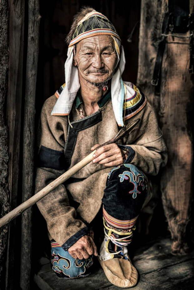 Мужчина-удэгеец, проживает в Приморском крае в Сибири. Удэгейцы часто страдают от нападения уссурийских львов на их поселения. Зарабатывают на жизнь сбором корней женьшеня и меда.