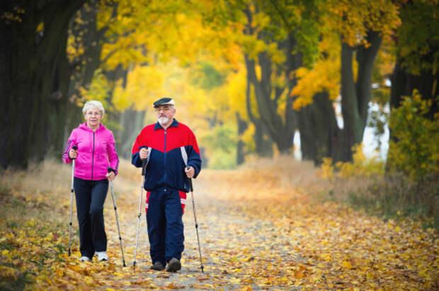 Для пенсионеров из Северного открыли набор в вечернюю группу по скандинавской ходьбе