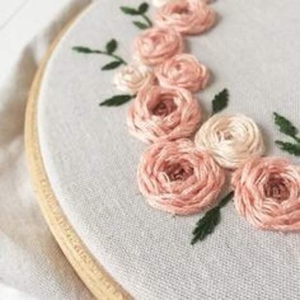 Вышиваем красивые объемные цветы по кругу