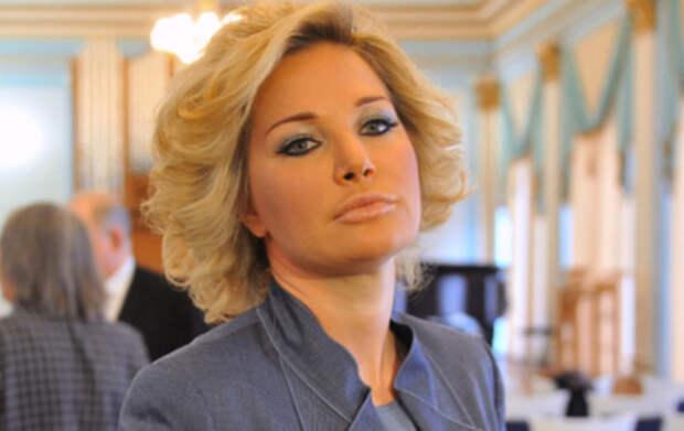 Мария Максакова предстала на видео в черной маске и корсете