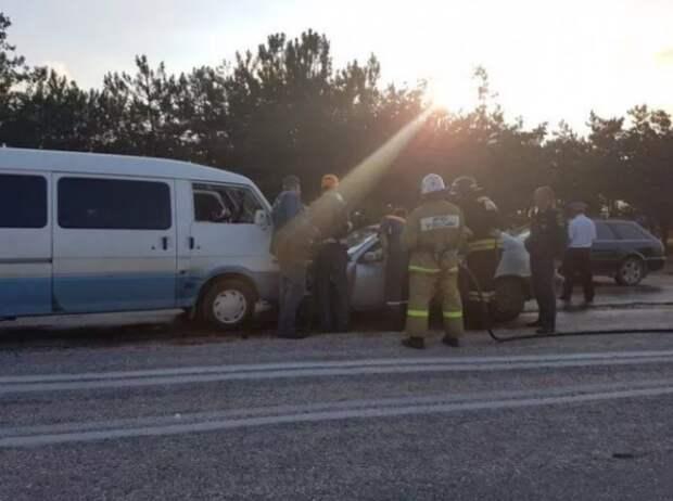 ДТП под Севастополем: легковушка столкнулась с микроавтобусом (ФОТО)