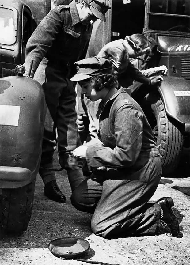 Принцесса - впоследствии королева - Елизавета работала механиком грузовика в Женском вспомогательном территориальном корпусе, март 1945 года 20 век, автомеханик, женщина 20 век, женщина и авто, женщина и машина, механики, ретро фото, старые фото