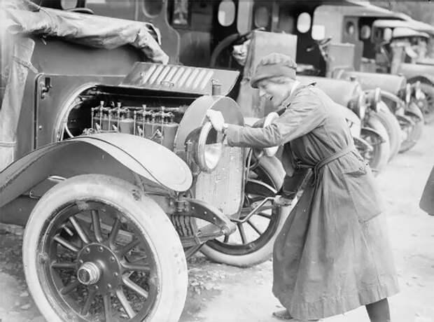 Член Добровольного отряда помощи (VAD) запускает двигатель своей машины скорой помощи в Этапле, Франция, 27 июня 1917 года 20 век, автомеханик, женщина 20 век, женщина и авто, женщина и машина, механики, ретро фото, старые фото