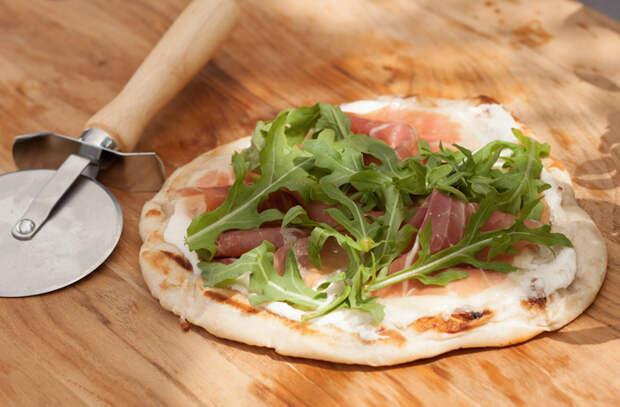Кладем пиццу на решетку и готовим на мангале с дымком