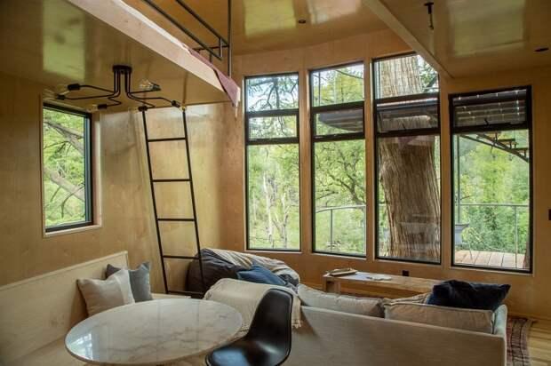 Уютная гостиная в необычном доме (Yoki Treehouse).