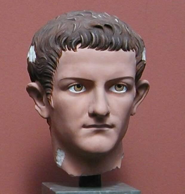 Прижизненный бюст Калигулы, на котором реставраторы попытались восстановить ту раскраску, которая присутствовала на нем в момент создания