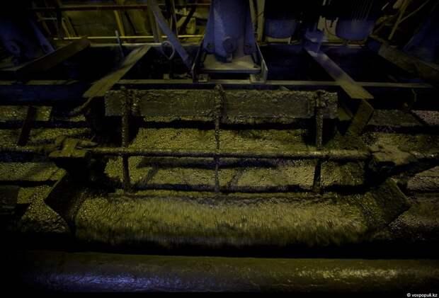 Здесь снимается обогащенная минералами золотосодержащая пена, которая в конечном итоге поступит в отделение сгущения
