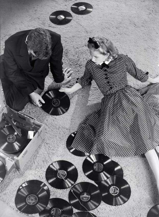 Прослушивание грампластинок, 1930-е история, мгновения жизни, фотография