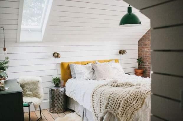 Большую кровать украсили белыми покрывалами и оригинальным пледом.