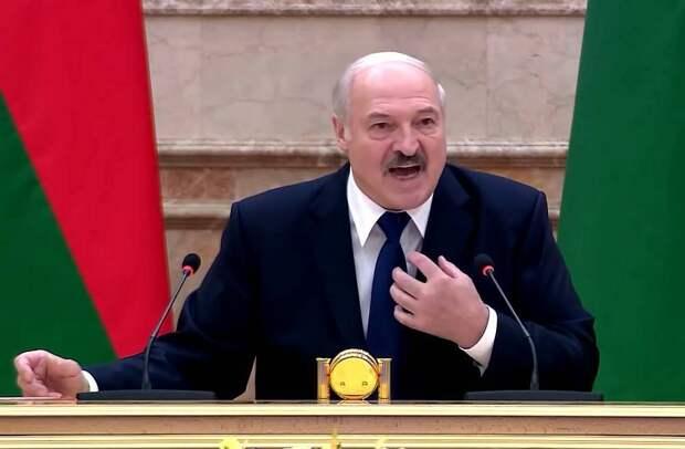 Лукашенко пожалел, что Беларусь не может угрожать России ядерной боеголовкой