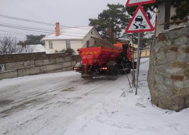 В Ялте коммунальщики активно убирают снег