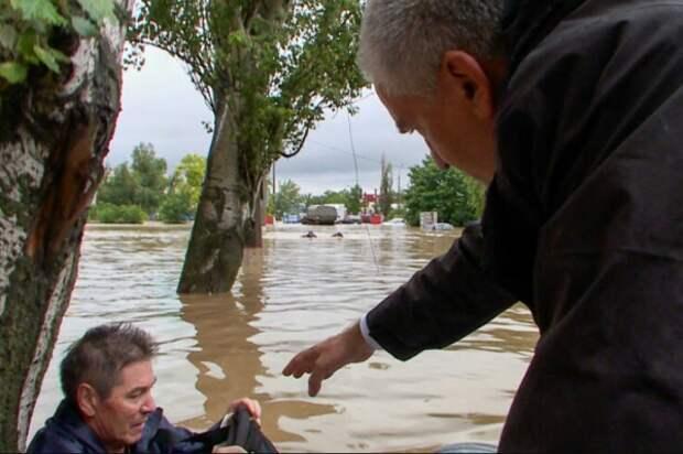 Глава Крыма лично спасал керчан во время потопа