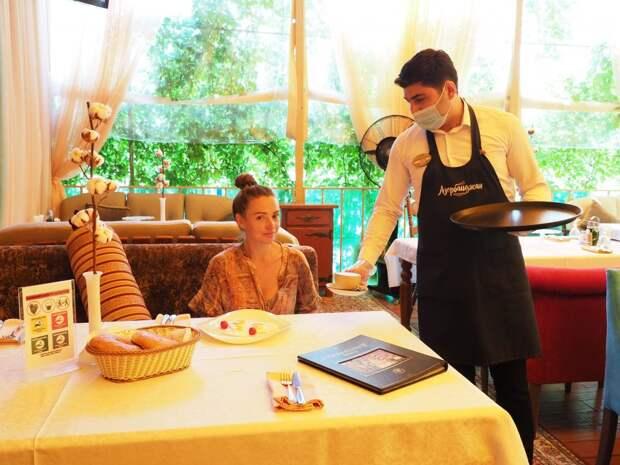 Летняя веранда ресторана на улице Героев Панфиловцев/ Ольга Чумаченко